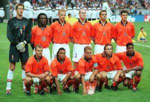 Holanda 1998, de izqda a drcha y de arriba a abajo: Van der Saar, Seedorf, Bergkamp, Stam, Cocu, Jonk, Numan, Davids, Frank de Boer, Zenden, Kluivert