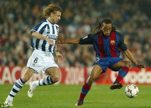 Davids (F.C. Barcelona) compite con un balón con Valery Karpin (R. Sociedad)