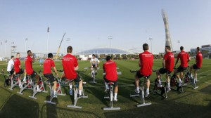 Futbolistas entrenando en bicis estáticas.