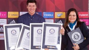 Lewandowski, recogiendo los cuatro Guinnes World Records que consiguió ante el Wolfsburgo