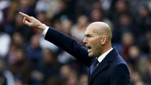 Zidane intenta ver reflejado en el campo lo que el haría.