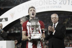 Gurpegui levantando la Supercopa de España. vavel.com