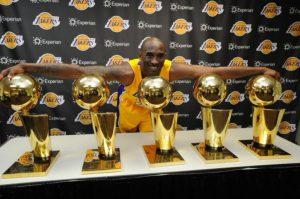 Bryant posa con sus 5 anillos.