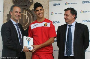 Asensio, recogiendo el premio al mejor jugador del mes en la Liga Adelante, la temporada pasada. (Vía MallorcaTwitter)