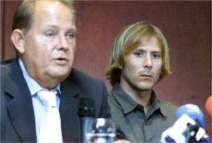 Mendieta junto a su agente, Alberto Toldrá, en la rueda de prensa que anunciaba su intención de abandonar el Valencia. Fuente: levante-emv.com