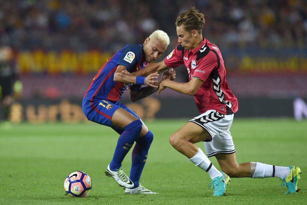 Marcos Llorente disputando un balón ante Neymar